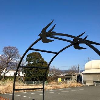 バラアーチのツバメさん。富士山も見えます。